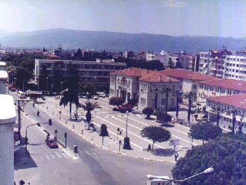 Ödemiş Belediyesi ve önündeki tören alanı...